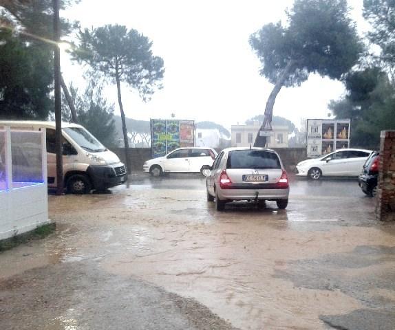 Un parcheggio inagibile nei pressi del cinema Lucciola