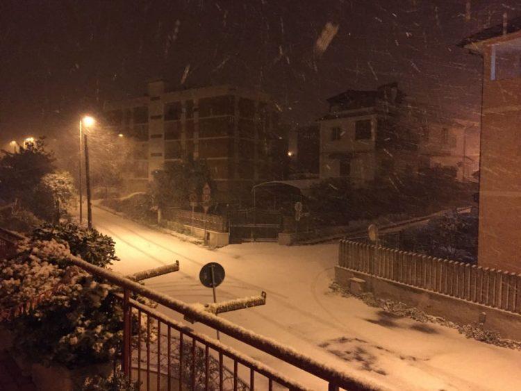 Nevicata intensa anche a Civitavecchia. Nella notte il Sindaco chiude le scuole