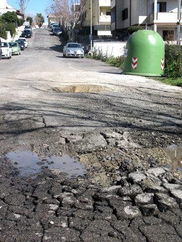 Centinaia di buche in città, strade di Santa Marinella inaccessibili