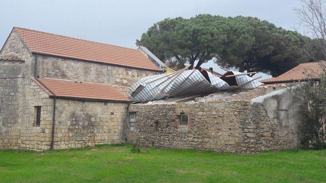 Vento forte: alle Saline di Tarquinia crollano i tetti