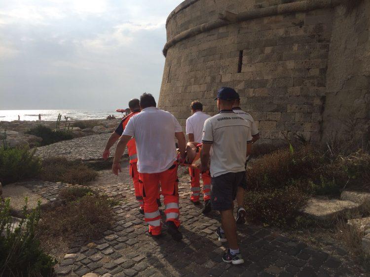 Ladispoli, cade sugli scogli: intervento del 118 e della Guardia Costiera