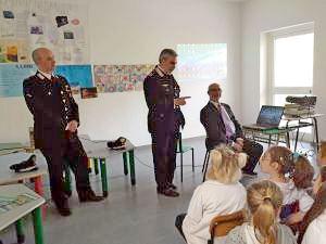 I bambini incontrano i carabinieri