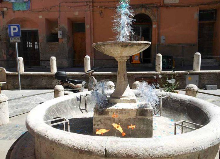 """Piazza Leandra, torna la protesta """"artistica"""" della fontana"""