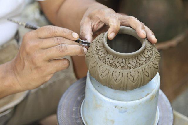 Ceramica in primo piano in collina