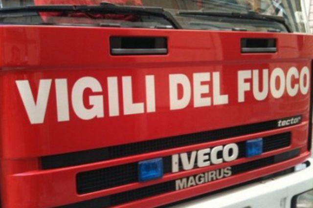 Vasto incendio a Pescia Romana: evacuate abitazioni
