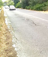 Fondo stradale deformato, muore centauro
