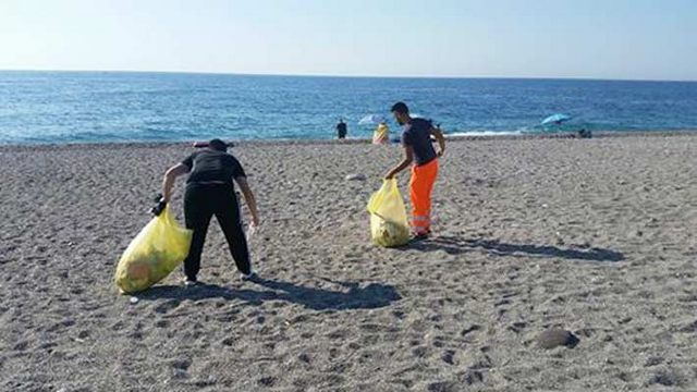 Santa Marinella, i ''No slogan'' hanno ripulito la spiaggia