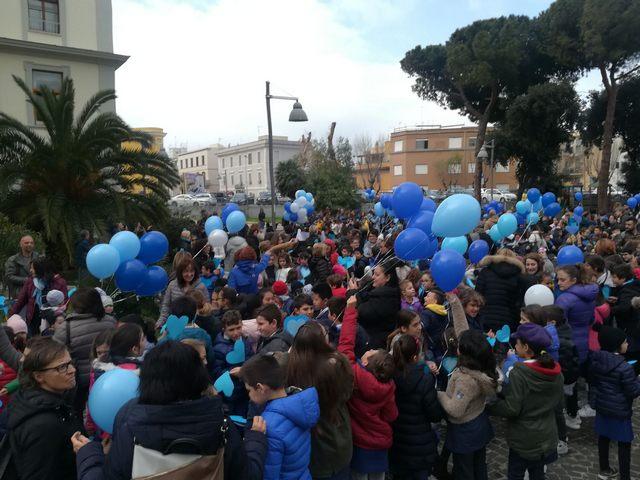 Palloncini blu per accendere i riflettori sull'autismo