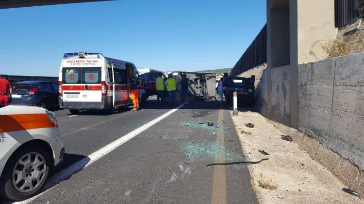 Incidente sulla A12, roulotte si ribalta