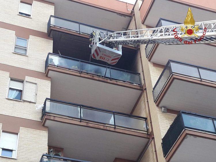 Fiamme su un balcone: intervento dei Vigili del fuoco