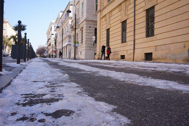 Buche e lastre di ghiaccio in tutta la città