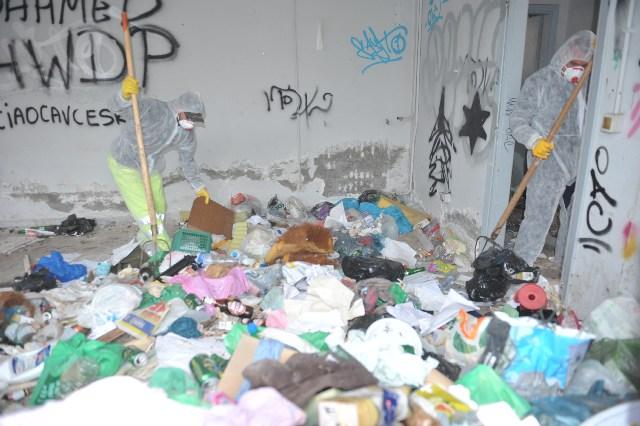 Cumuli di rifiuti nella palazzina
