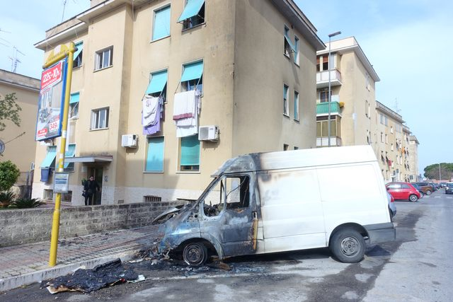 Auto e furgone distrutti dalle fiamme: notte di paura sulla Mediana