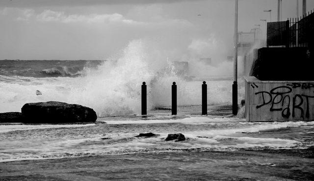 La mareggiata all'antemurale (foto Alessio Pucci)