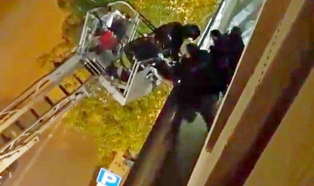 Minaccia il suicidio: salvato da carabinieri e poliziotti