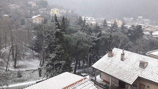Vento e neve in collina