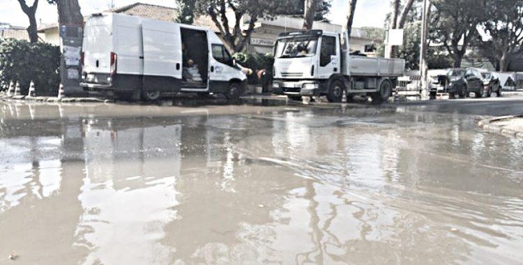Via Castellammare, maxi perdita d'acqua: interviene l'assessore e l'Acea manda gli operai