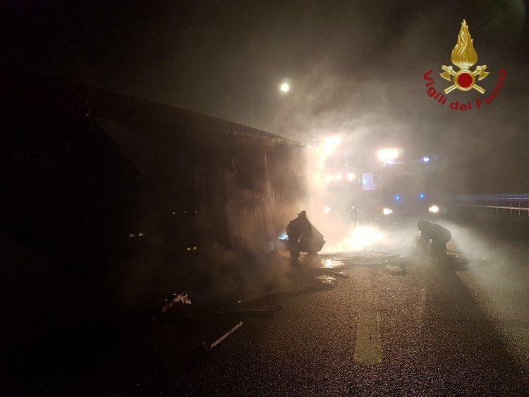 Camion di rifiuti in fiamme a Tolfa: lungo lavoro per i Vigili del fuoco