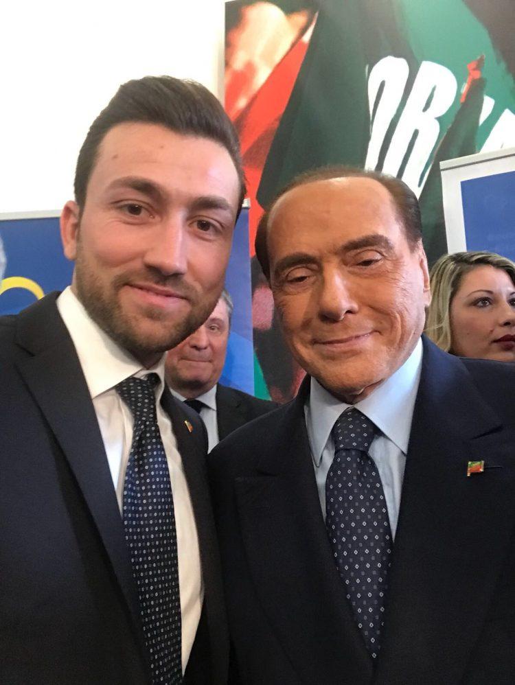Berlusconi: ''I giovani candidati come Fabio Notazio rappresentano il futuro di Forza Italia''. Poi il video con la foto diventa virale: ''Chi mi tocca il c…?''
