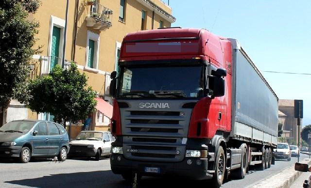 Auto e camion sui marciapiedi: parte la rivolta
