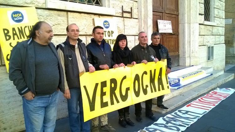 Banca Etruria: davanti alla filiale manifesti di Casa Pound e Noi con Salvini