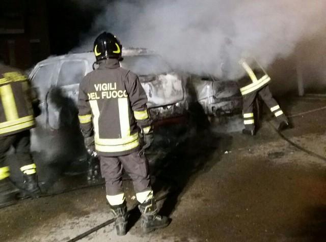 Tarquinia, auto in fiamme nella notte a via Berlinguer