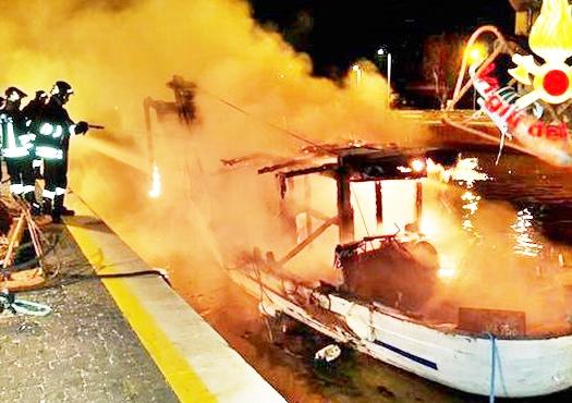 Peschereccio in fiamme, paura nel Porto Canale
