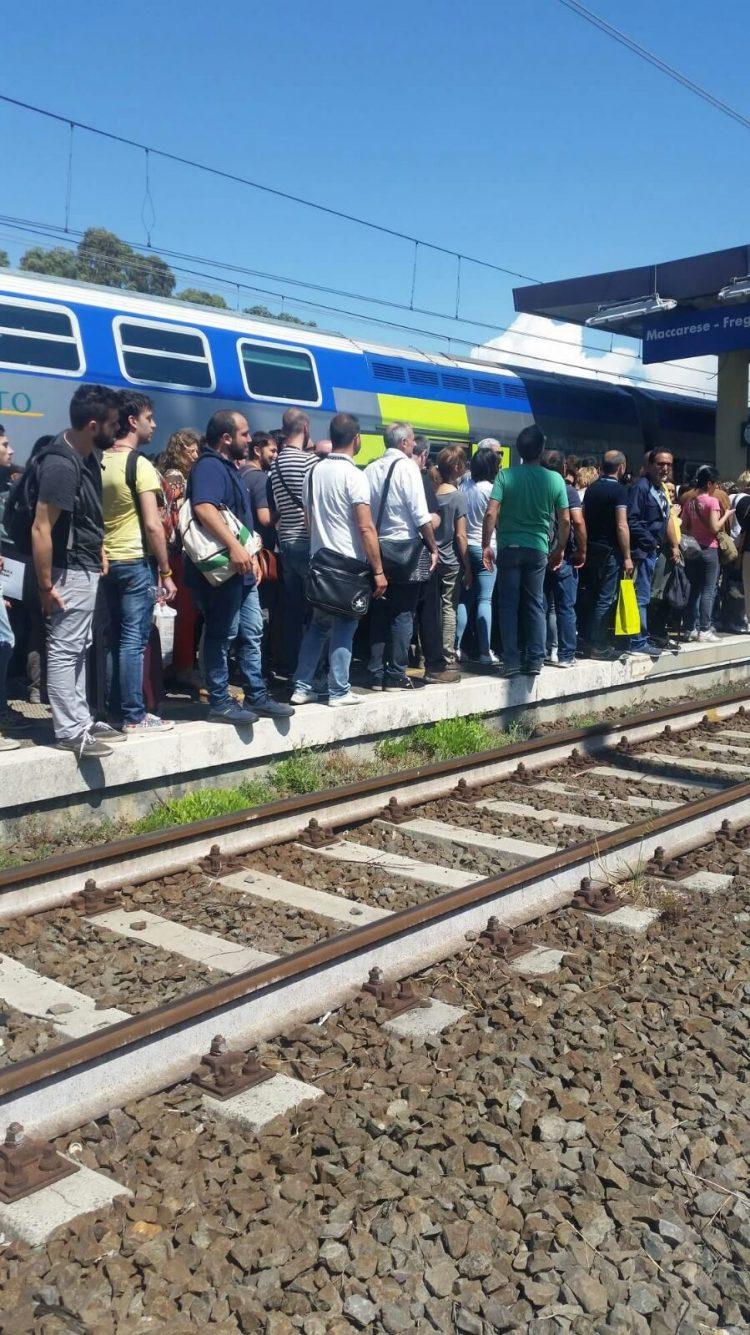 """Incendi lungo la linea ferroviaria, il comitato pendolari: """"Mancata prevenzione"""""""