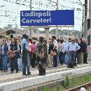 Treni, oltre 400 pendolari bloccati per tre ore in aperta campagna