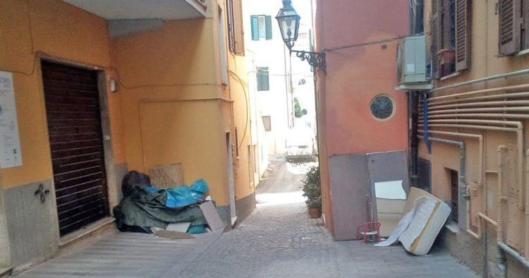 Nel salotto buono della città spuntano i rifiuti