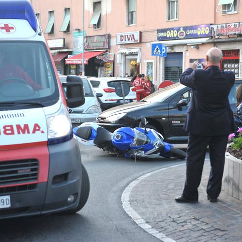 Auto contro moto: ferito centauro