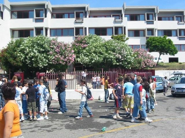Riparati i vetri della palestra della scuola media Carducci
