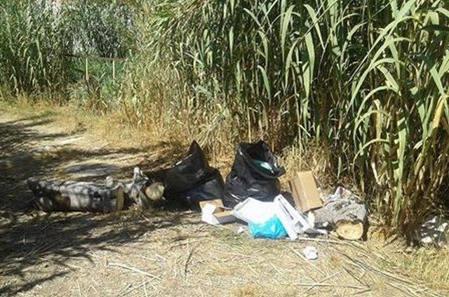 Rifiuti abbandonati nel quartiere Fiori: residenti infuriati