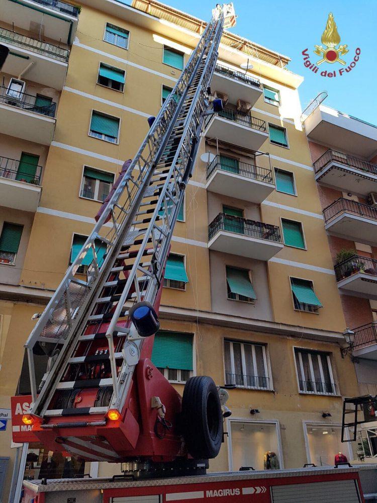 Guaina pericolante rischia di cadere da un tetto: intervento dei pompieri
