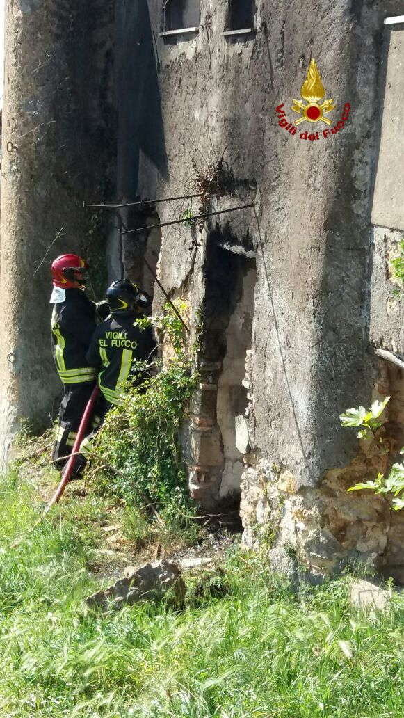Casale abbandonato in fiamme: intervento dei Vigili del fuoco