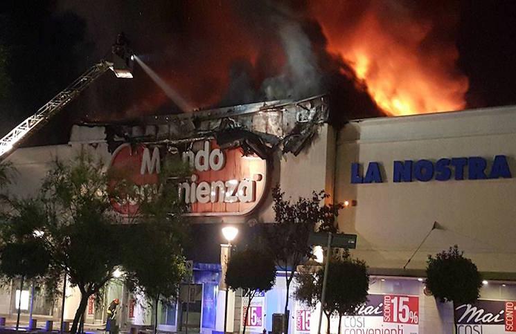 In fiamme il negozio di Mondo Convenienza a Fiumicino