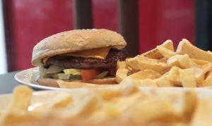 Gli italiani amano il cibo spazzatura, in 15 milioni a rischio obesità
