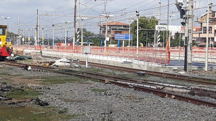 Troppa calca sulla banchina, pendolari bloccati sul treno