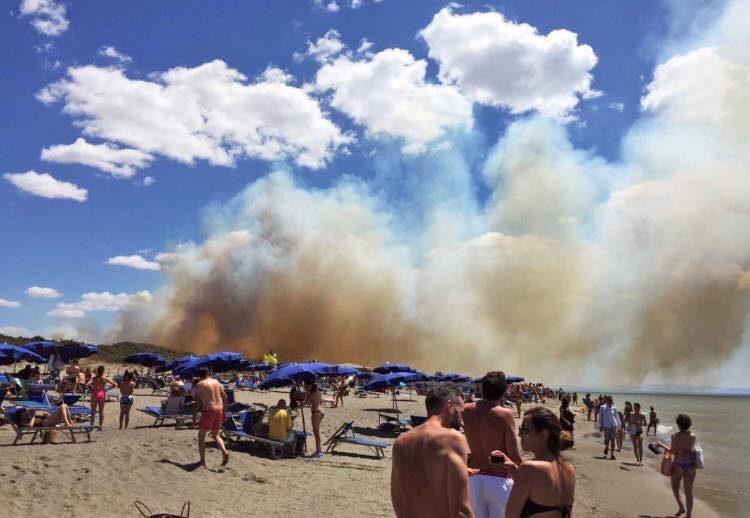 Incendio in Toscana, fiamme fino a Pescia Romana: evacuati turisti a Costa Selvaggia