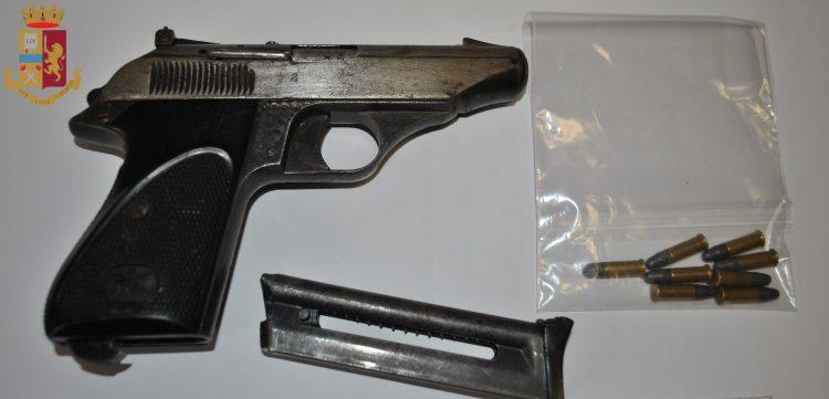 Detenevano una pistola all'interno del bar: madre e figlio in manette