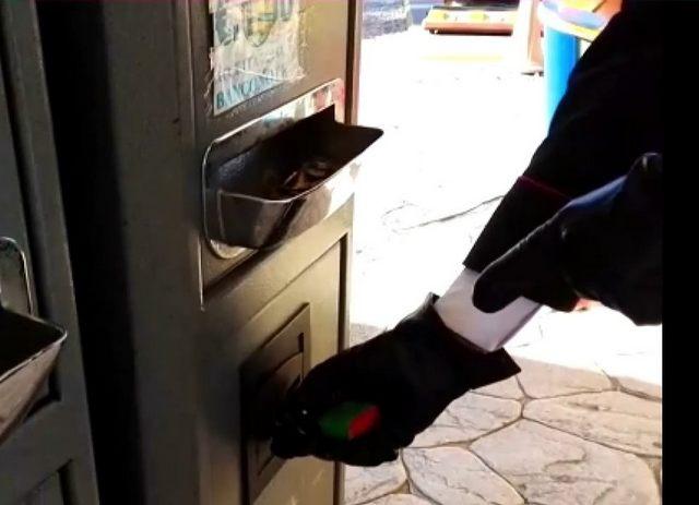 Svuotavano le macchinette cambia soldi: denunciati