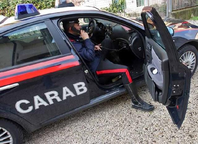 Pregiudicato tenta di accoltellare due carabinieri: arrestato