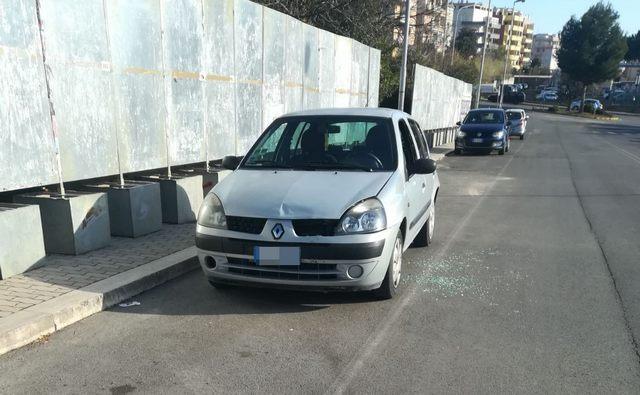 Lasciano la figlia in auto: metronotte rompe il vetro