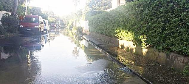 Via Tellaro a Fregene, tra via Cattolica e via Marotta: in dispersione un fiume di acqua potabile