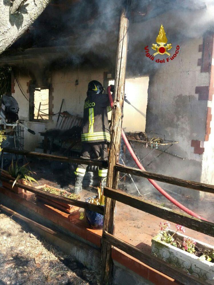Casa in fiamme a Sant'Agostino: intervento dei Vigili del fuoco