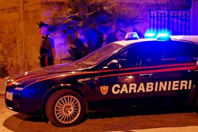 Contro il fratello con una mannaia e calci e pugni alla sorellastra: 44enne arrestato a Santa Marinella