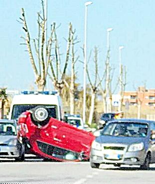 Auto si ribalta in pieno centro, feriti due giovani