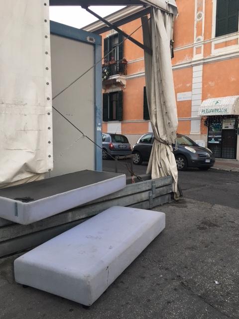 Divano abbandonato a piazza XXIV Maggio: degrado in pieno centro