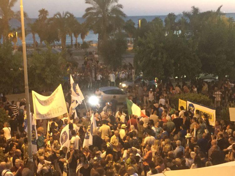 Immigrati, centinaia in piazza a Civitavecchia contro gli sbarchi