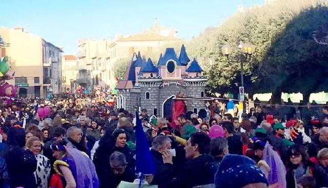 Sole, allegria, musica e tanta festa: la sfilata  dei carri allegorici ha infiammato Tolfa